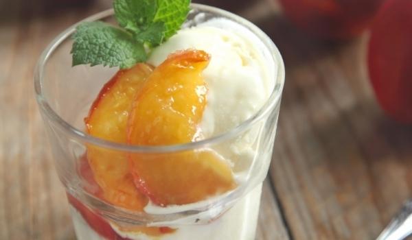 Ментов десерт с праскови и извара