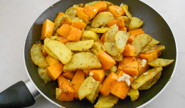 Ароматни картофи с тиква на тиган