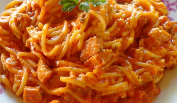 Спагети с кренвирши и домати