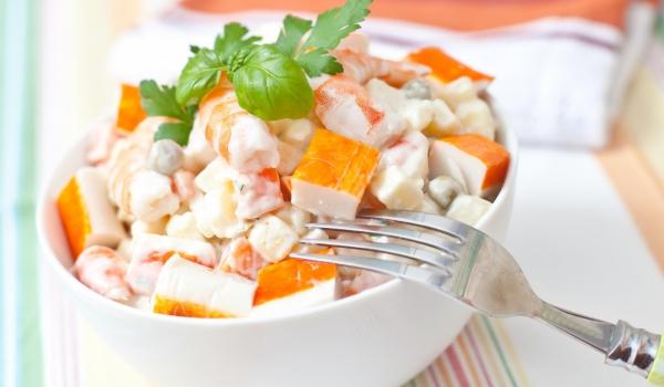 Руска салата с хайвер и рачешки рулца