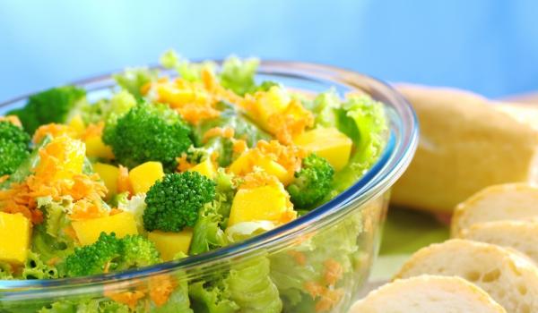 Салата с броколи, моркови и манго