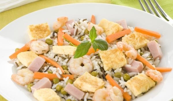 Салата с ориз и бяла риба