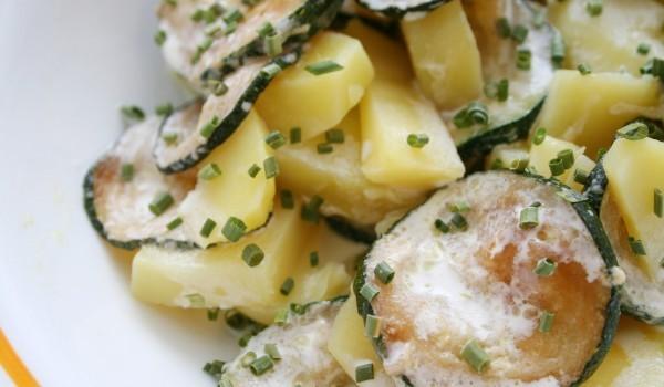 Салата с картофи, тиквички и червен лук