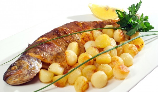 Риба на скара с орехов сос