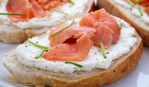 Сандвичи със сьомга и млечен пастет